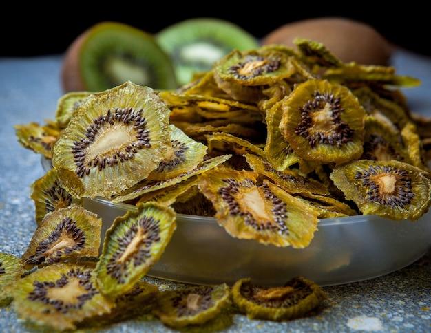 Droog kiwifruit op horizontale steenlijst Gratis Foto