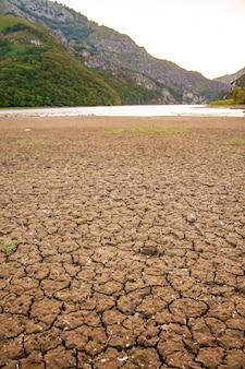 Droog land zonder water close-up global warming concept