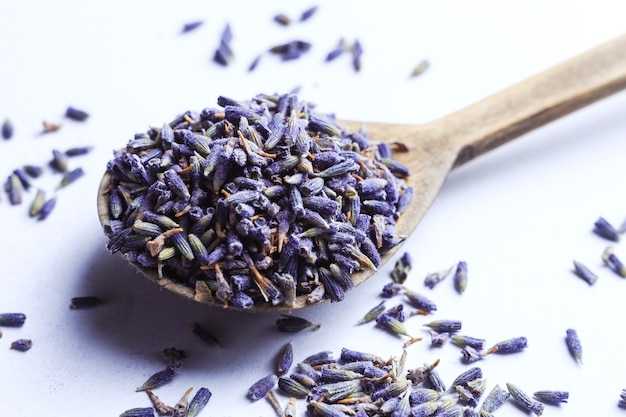 Droog lavendelbloemen in een houten lepel