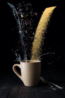 Droog theewater en suiker in de lucht