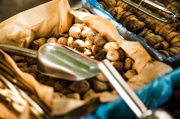 Droog vijgenfruit voor verkoop in de markt
