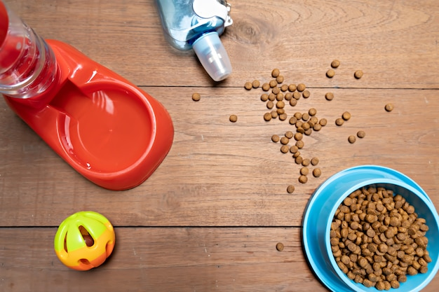Droog voedsel en accessoires op hout