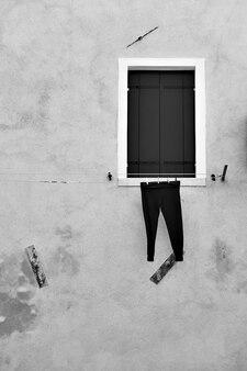 Droogbroek buiten in venetië, italië. zwart-wit afbeelding
