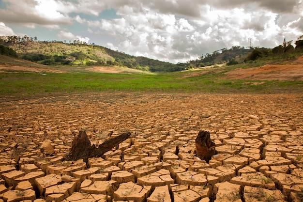 Droogtegrond in braziliaanse dam