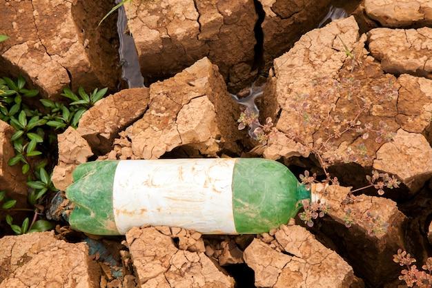 Droogtegrond met afval in braziliaanse dam