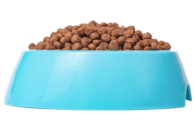 Droogvoer voor katten of honden. blauwe plastic kom vol met hondenvoer geïsoleerd
