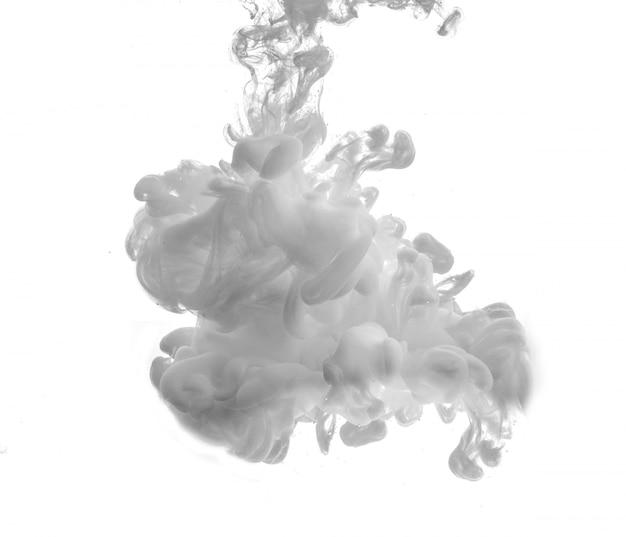 Drop of grijze verf die op het water