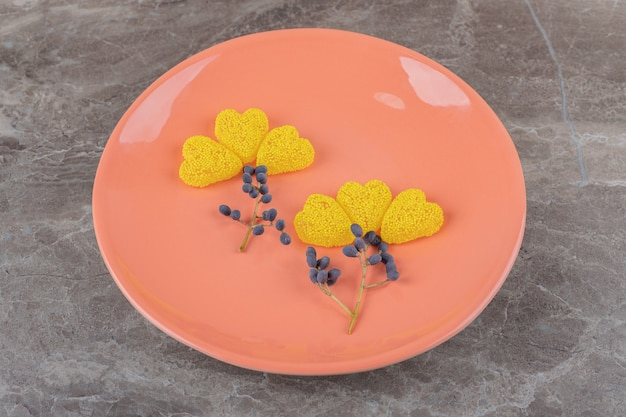 Druif en koekje op de plaat, op het marmeren oppervlak