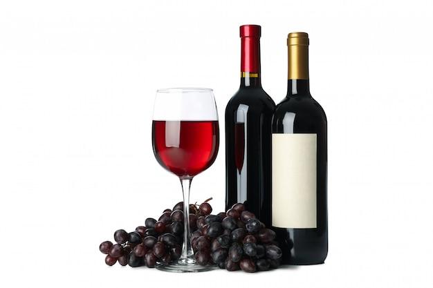 Druif, flessen en glas wijn op witte achtergrond wordt geïsoleerd die