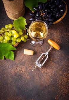 Druif, wijn en vintage kurkentrekker