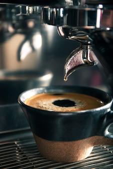 Druipende koffie- en koffiemachine