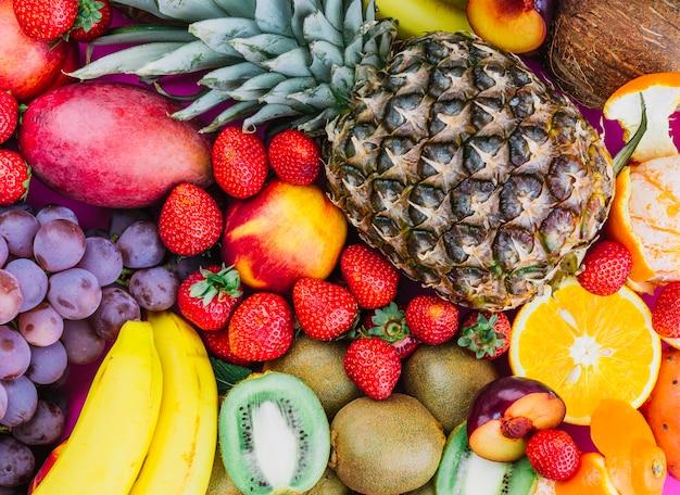 Druiven; aardbeien; ananas; kiwi; abrikoos; banaan en hele ananas