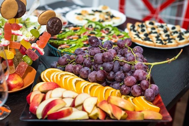 Druiven en fruit plakjes