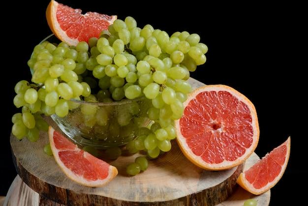 Druiven en grapefruit op een houten tafel