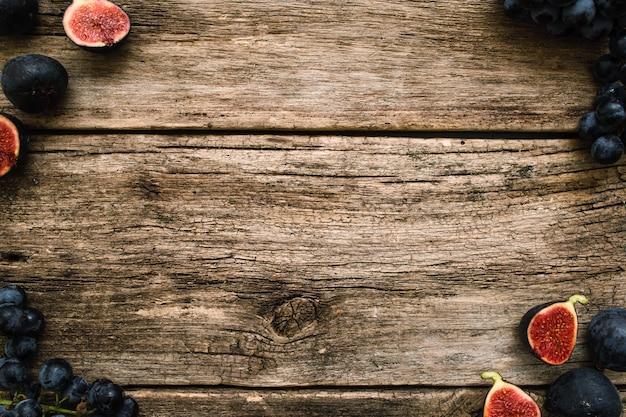 Druiven- en vijgenframe op bemost hout