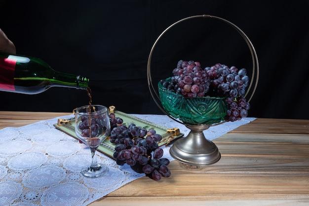 Druiven in een arrangement en een glas wijn.
