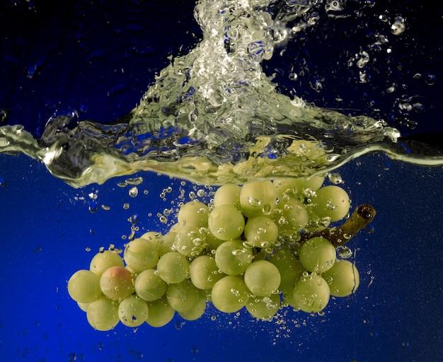 Druiven in het water gegooid