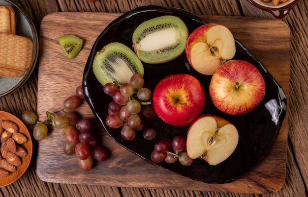 Druiven, kiwi, appels en brood op tafel