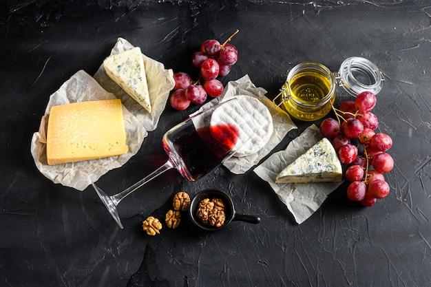 Druiven met rode wijn en diverse soorten kaas