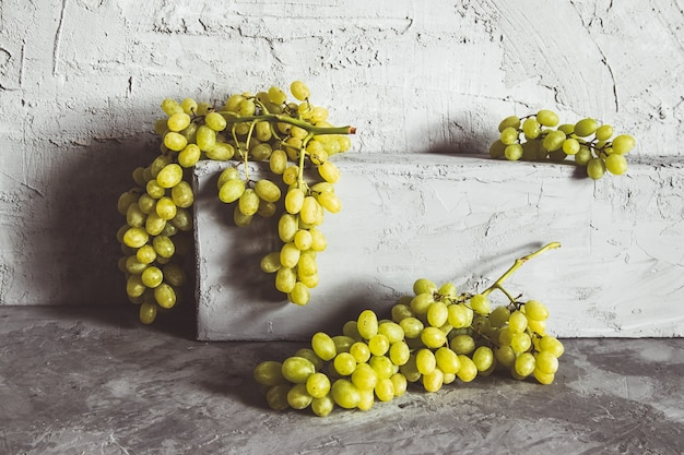 Druiven op grijze keukentafel met copyspace