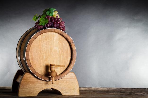 Druiven op houten vat met wijn en kopieer ruimte