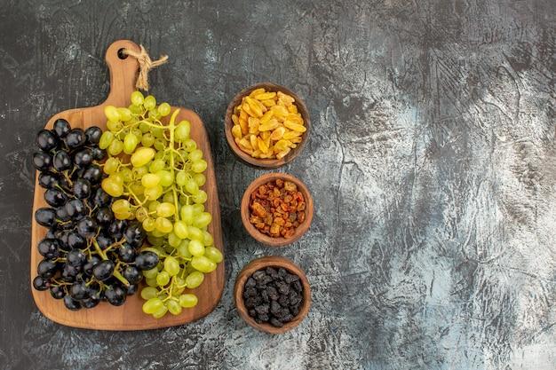 Druiven schalen met gedroogde vruchten trossen van de smakelijke druiven