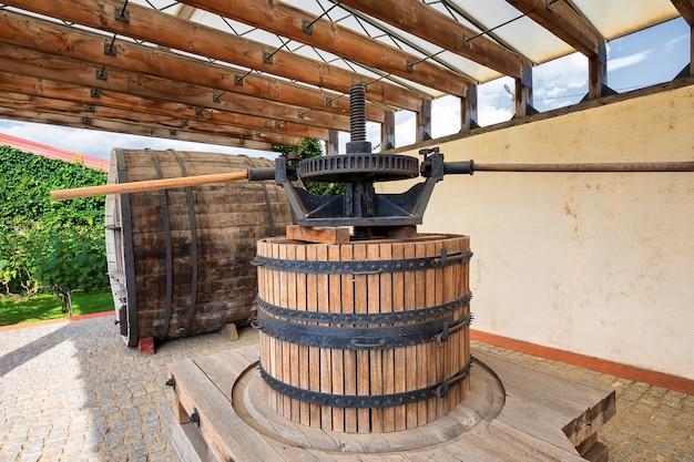 Druivenoogst oude wijnpers in een wijnmakerijcentrum shabo, odessa, oekraïne