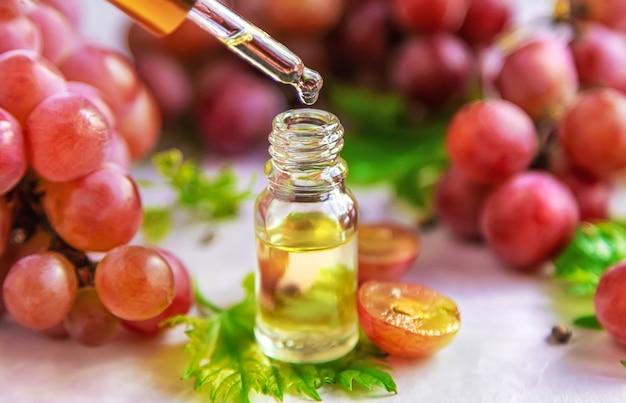Druivenpitolie in een fles. selectieve aandacht. natuur.