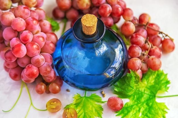 Druivenpitolie in een fles. selectieve aandacht.