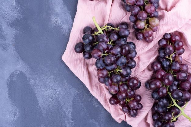 Druiventrossen op een stuk keukenpapier