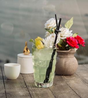 Druivenwater gegarneerd met stukjes druiven, ijs en bloem