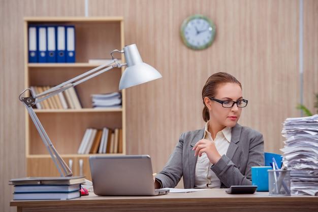 Druk belastende vrouwensecretaresse onder spanning in het bureau