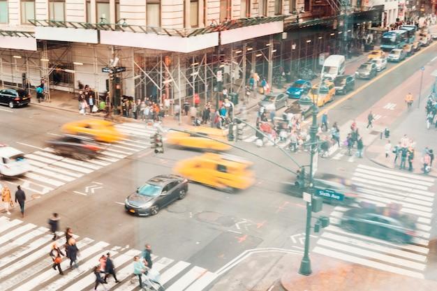 Druk kruispunt vol met auto's en mensen