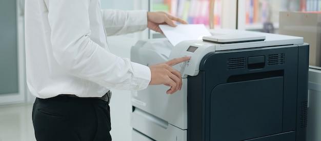 Druk op de knop op het paneel van de printerscanner of laserkopieermachine op kantoor