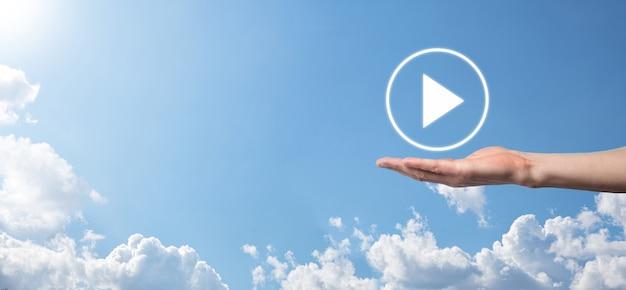Druk op de zakenman, houd het teken van de afspeelknop ingedrukt om projecten te starten of te starten. videopresentatie afspelen. idee voor zaken, technology.media player-knop. speel icoon.go.