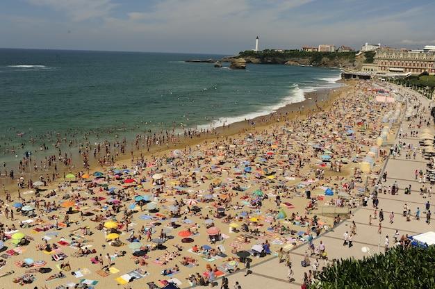 Druk strand in het zomerseizoen, luchtfoto