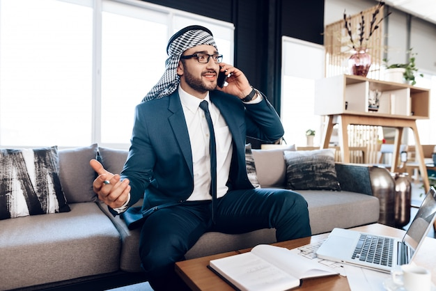 Drukke arabische zakenman die op telefoon spreekt