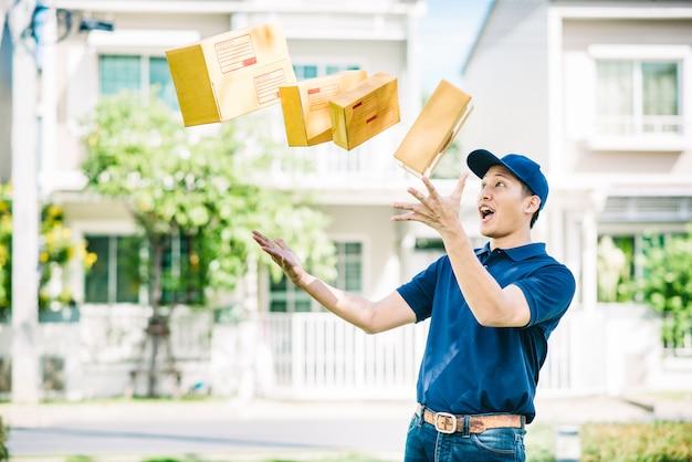 Drukke aziatische bezorger gooit pakketvakken