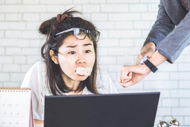 Drukke aziatische vrouw workg hard onder druk van baas