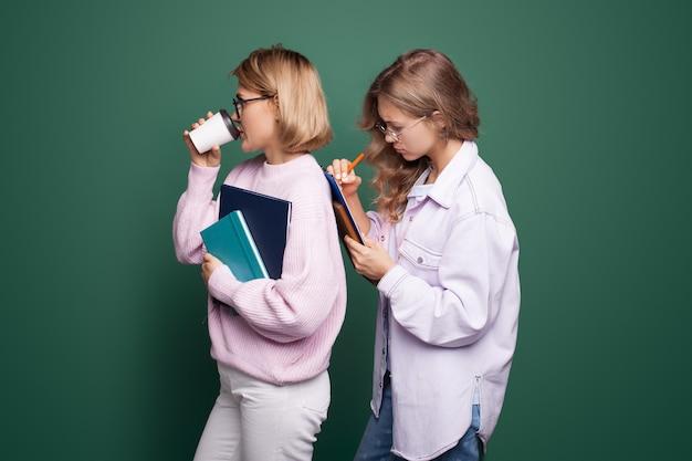 Drukke blanke zakenvrouwen met blond haar die een kopje koffie drinken