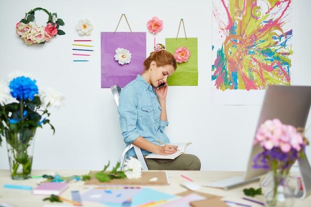 Drukke bloemist in mooie studio