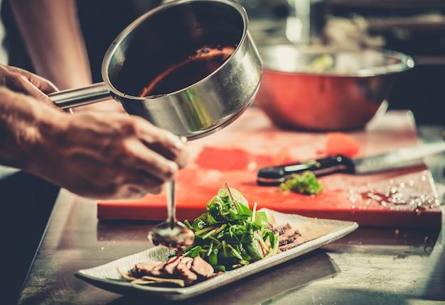 Drukke chef-kok aan het werk in de restaurantkeuken