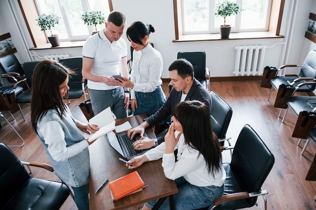 Drukke dag. mensen uit het bedrijfsleven en manager werken aan hun nieuwe project in de klas