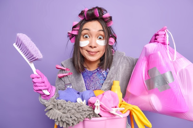Drukke huisvrouw ruimt de kamer op. voorjaars-schoonmaak
