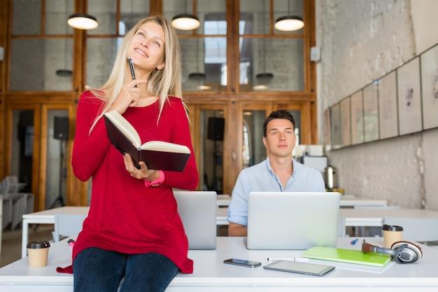 Drukke jonge aantrekkelijke mensen die online samenwerken in open ruimte co-working kantoorruimte,
