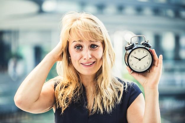 Drukke kaukasische zakenvrouw haar en stress emotie knoeien