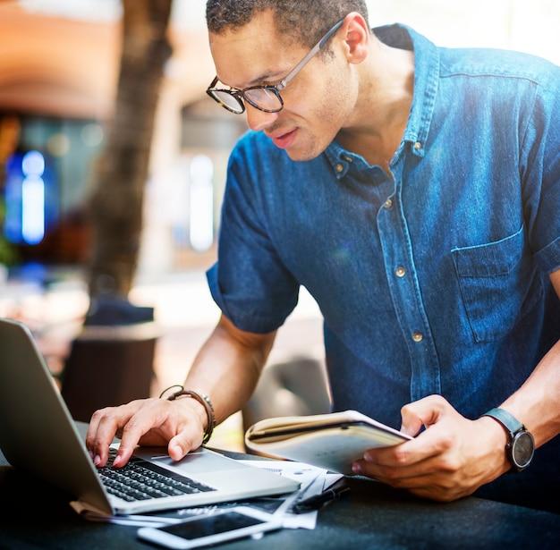 Drukke man aan het werk op een laptop