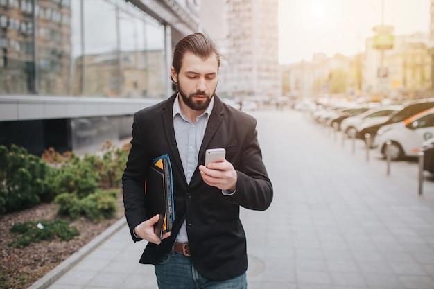 Drukke man heeft haast, hij heeft geen tijd, hij gaat onderweg telefoneren. zakenman die meerdere taken doet. multitasking bedrijfspersoon.
