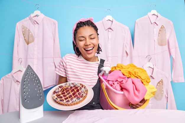 Drukke multitasking huisvrouw bij wasruimte