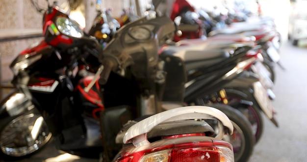 Drukke parkeerplaats voor motorfietsen